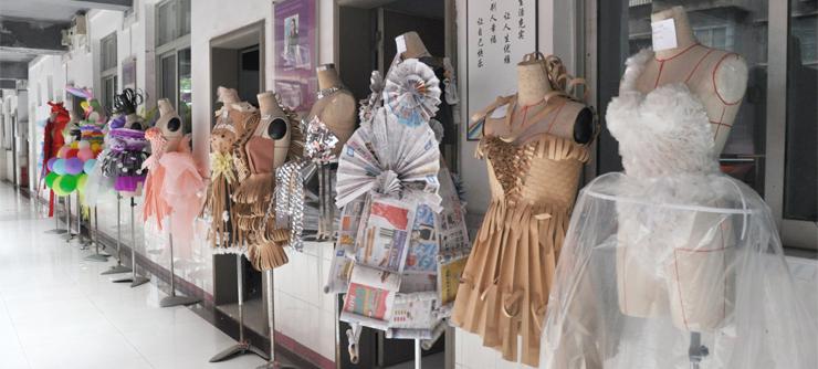 """香港服装学院服装创意设计作品展览现场 五彩斑斓的气球、已作黄花的报纸、七彩的纸皮……这些我们生活中用来装饰的物品,除了装饰之外,还可以有什么作用呀?一场精彩绝伦的""""时装""""创意展览给你答案。7月24日,香港服装学院院服装设计专业40班举办了服装创意设计作品展览,学生们脑洞大开,设计出来的精彩作品,让不少师生驻足参观,叹为观止。 指导老师尹洪妹表示,将创意运用于服装设计中的含义,就是让学生发挥创造力和想象力,打破习惯性思维,挣脱传统观念的束缚,用创新的思想"""