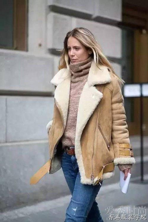 驼色羊羔绒外套,搭配同色高领毛衣和浅色牛仔