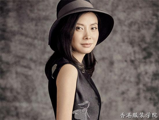 记者再次采访服装设计师赵卉洲时发现,她已经剪短了留了很久的长发.
