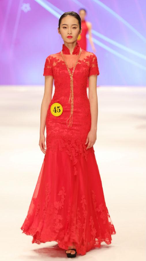 在中国大学生服装模特大赛总决赛环节,由评判长esee英模文化时尚集