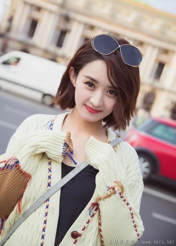 赵丽颖这件针织开衫加入多个色彩的线条,显得更加的活泼可爱.