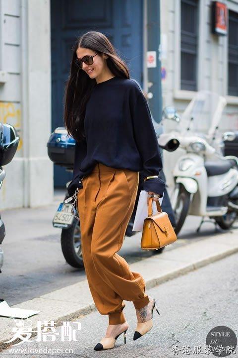 棕色裤子和搭配黑色,白色以及深蓝色的上衣