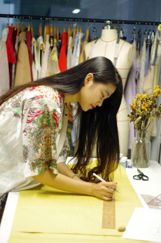 学子风采张何娆:中西结合 用刺绣创造出新中式风格