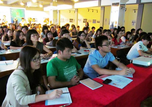来自深圳服装企业界嘉宾,服装设计师,服装爱好者等100多人现场认真