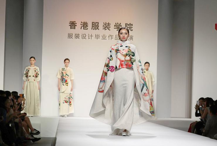 金奖作品:27号设计者王明聪、林焕耀、麦冰玲设计的作品《中国梦》 历数大学生时装周近10年征程,香港服装学院每年均作为首演单位登场,今年也不例外。今年的发布会香港服装学院以驭裳为主题,旨在引导年轻设计师们用创意与实力,实现传统与现代,艺术与市场的契合与交汇,在增加选手创意难度的同时也考验了其对高端女装市场流行趋势的把握度。这场华丽的视觉盛宴吸引了数百位服装界及教育界专家、社会知名人士以及众多等来自全国各地的时尚爱好者近千名嘉宾到场观摩,新快报、信息时报、中国服饰报、中国纺织报、新浪、网易、腾讯等十几